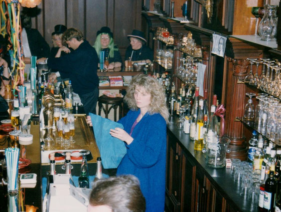 Foyer-Bar im Hintergrund Sven Mächt sowie die Alten von der Burg Beate Ziegner, Hildegard Neugebauer und Irmgard Knobl Archiv Barf-Malek