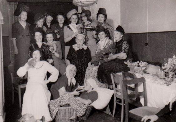 Weiberfasching am gleichen Ort passend zum oberen Foto 1930er - Sammlung Gerd Eisenbrandt