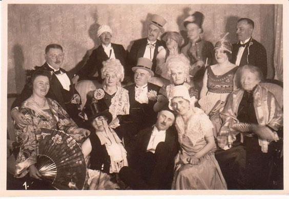 Maskenball Hotel Charlotte 1928 - der Mann hinten mit dem weißen Turban ist der Zahnarzt Dr. Obmann