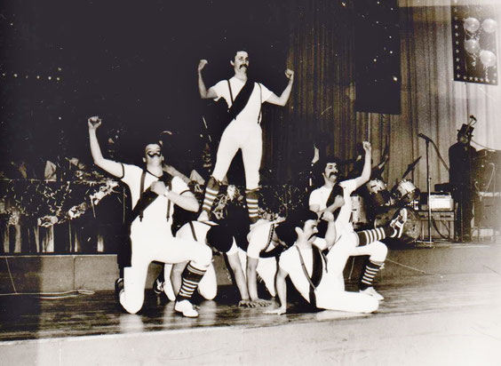 Vorläufer des Männerballetts, rechts Hofkapellmeister Wolfgang (Buzzi) Ziegler - Archiv Barf-Malek