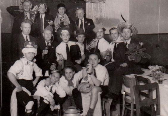 Unten links mit dem Turban Erich Eisenbrandt in einer Liebenstein Kneipe in den 1930ern -  Sammlung Gerd Eisenbrandt