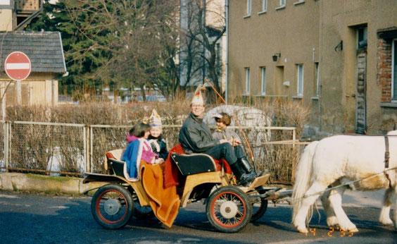 Kinderprinzenpaar an der nicht mehr existenten Wäscherei des Volksheilbades Archiv Barf-Malek
