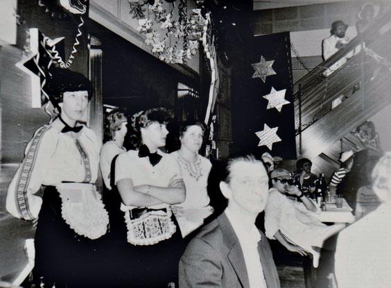 1983 Günter & die Kellnerinnen (u.a. Carmen Röthig)  - Volkskorrespondent Heinz Wetzel