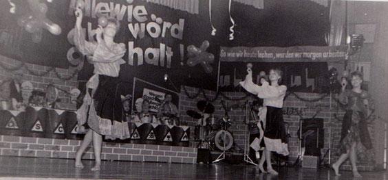 Tanzmädels: Losung- So wie wir heute lachen, werden wir morgen arbeiten !