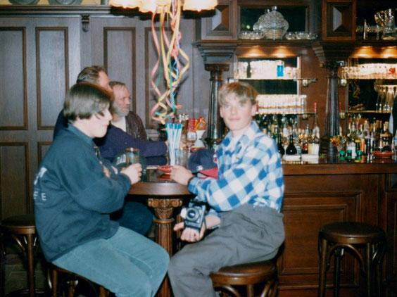Foyer-Bar mit Jung-Trinkern 1993