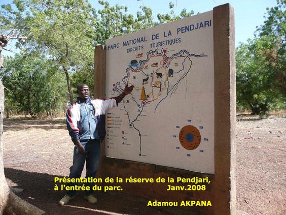 Adamou AKPANA présente la réserve à l' entrée du parc le 26 Janvier 2008. 740 KO.