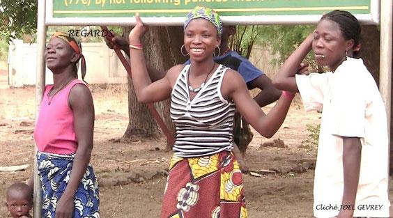 Avec le sourire d' une jeune femme du village.