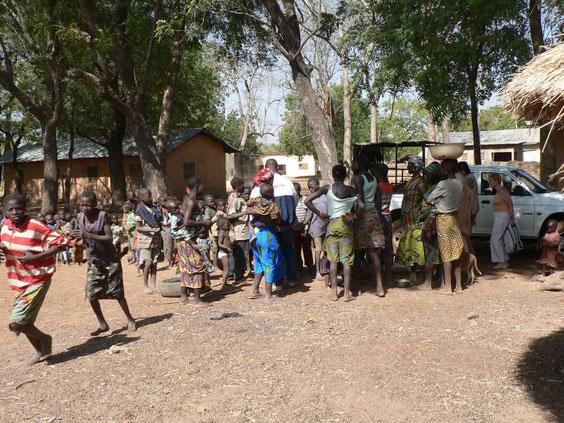Attroupement à l' entrée du parc de la Pendjari car Adamou est bien connu des villageois pour les courses qu' il leur fait et les cadeaux qu'il apporte. 762 KO.