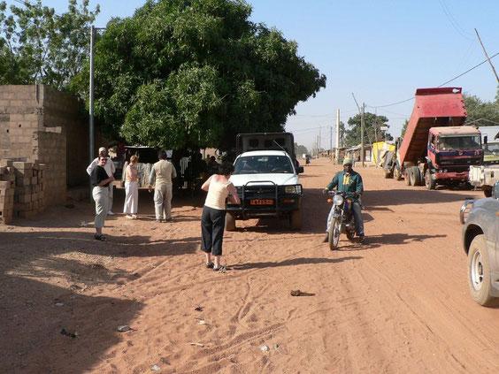 Route en 4X4 vers le parc de la Pendjari, arrêt dans un village. 584 KO.