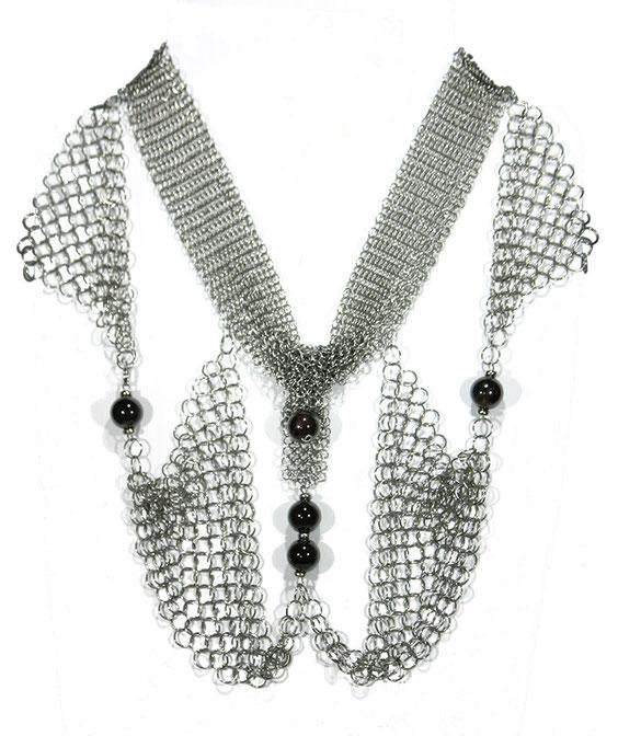 collier de créateur, chic, élégant en cotte de mailles et perles semi précieuses