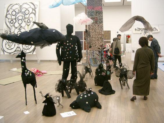 アースファミリープロジェクト「歩きだす」61回日本アンデパンダン展出品 6人によるコラボレーション作品 但し、カンバッチを多数使用し、そのオリジナルカンバッチには40名の人も参加、400点近いカンバッチが作品の一部になった 2008年3月六本木の新国立美術館にて 木村勝明・かわばた史子・渡辺柾子・新谷香織・滝口未矢子・樊晨