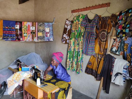 """Am 25.11.2018 besuchten die Mitglieder von Ostafrika-Hilfe e.V den Verein """"Keza Fashion and designers group"""" in Katalyeba"""