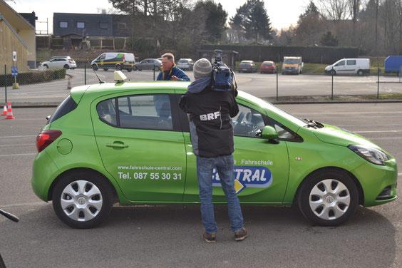 Das Fernsehteam geht den Änderungen in Sachen Fahrprüfung auf den Grund. Foto: Markus Schumacher