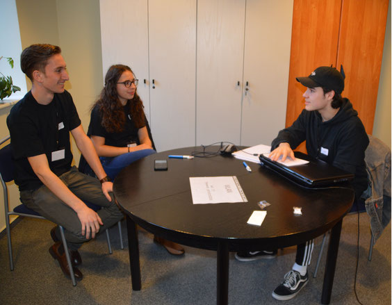Onlineredakteur Timo Ruhrig (r.) interviewt die beiden Chefredakteure Chris Maus und Laura Rudewig.