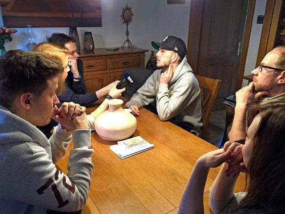 Rapper Unit wird von den Nachwuchsjournalisten interviewt.