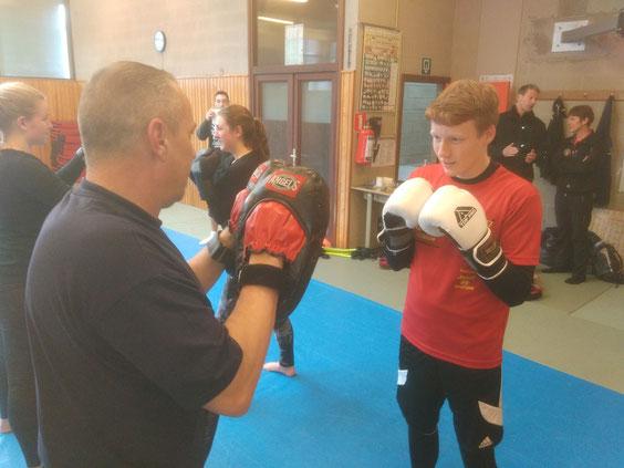 Fernsehredakteur Philippe Gross im Boxtraining mit einem Militärtrainer.