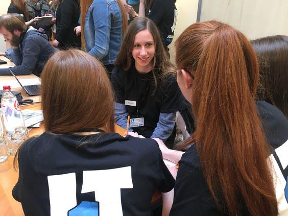Die Chefredakteurin Emilia Heindrichs (Bildmitte) im Interview mit den Onlineredakteurinnnen Anna Moelter und Selina Küpper.