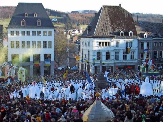 Rondeau-Tanz der Blancs-Moussis auf der Place St-Remacle