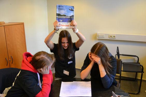 Die theoretische Fahrprüfung raubt den Schülern den letzten Nerv. Foto: Markus Schumacher