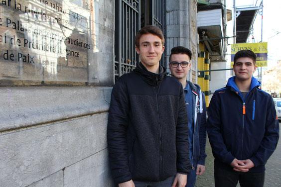 Noah Kohnen, Alexander Backes und Arsen Karapetyan (v.l.n.r.) haben Rechtsanwalt David Hannen am Gericht in Verviers interviewt.