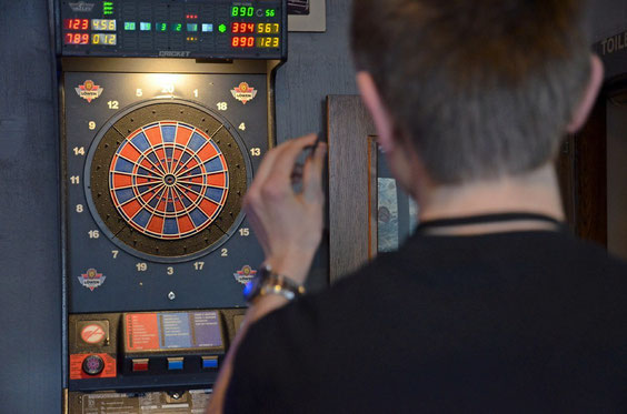 Dartspiel in einer Kneipe