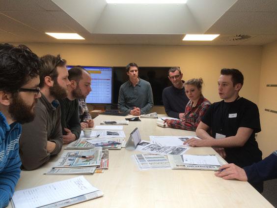 """Chefredakteur Joel Vondegracht trägt die """"J1T""""-Themen für die Freitagsausgabe in der Redaktionskonferenz vor."""