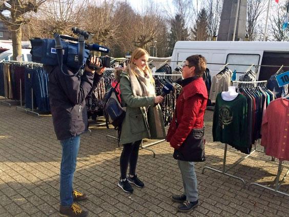 """Sarah interviewt auf dem Kelmiser Wochenmarkt eine Passantin zum Thema """"Vegane Ernährung""""."""