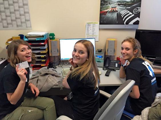 Mirha, Sarah und Nell arbeiten an ihrem Fernsehbeitrag.