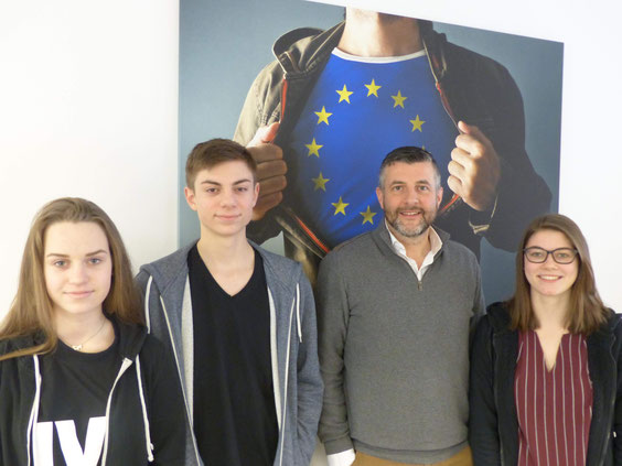 Pascal Arimont mit Schülern des KAE.