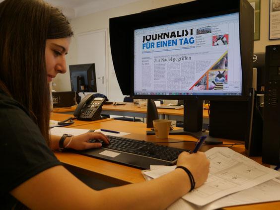Die Chefredakteurin Luisa Lejeune wirft einen letzten Blick auf die Seitenplanung