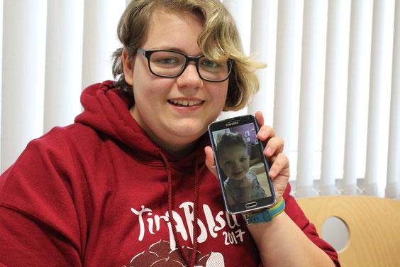 Noémie zeigt ein Bild von ihrem Sohn Thomas.