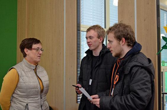 Dennis und Maarten beim Interview mit Mathelehrerin Anne Pesché.