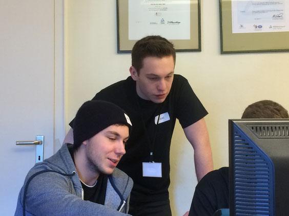 Chefredakteur Joel Vondegracht (hinten im Bild) koordiniert die Arbeitsabläufe.