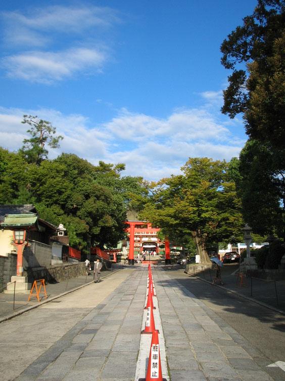 *2005年の伏見稲荷大社表参道。地元の人にとっては生活道路、車は右側通行!