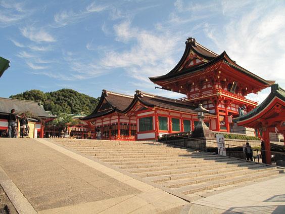 *秀吉さんが建てたとか言われる楼門(1589年再建)。真ん中に外拝殿、一番奥が内拝殿。