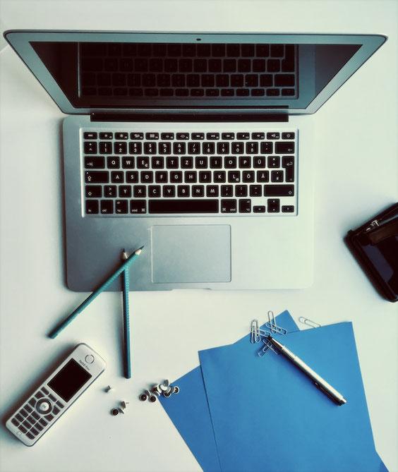 Andrea Feustel verhilft Selbstständigen und kleinen Unternehmen mit ihren Strategie zu erfolgreichen Webauftritten.