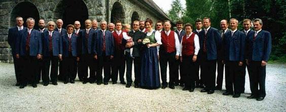 Brautpaar mit Nachwuchs und Sängerrunde vor der Fatimakapelle