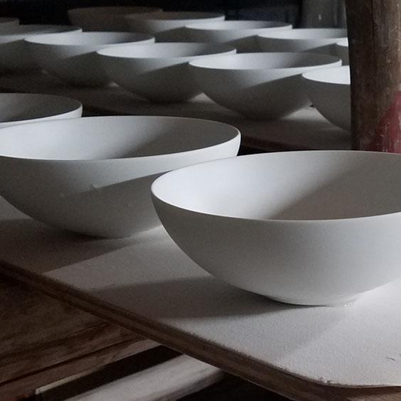 晩香窯の庄村久喜が作った器たち:歪みなくきっちりと薄く作られた器。ハンドメイドでも同じサイズで数多く作ることができる有田のろくろ技術。