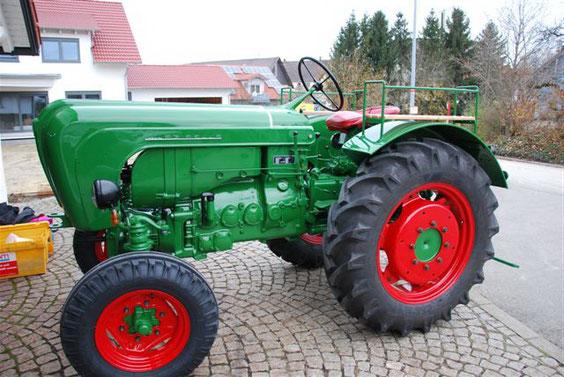 Karosserie: Laubgrün RAL 6002, Felgen:  Rubinrot RAL 3003, sonstiges: Tiefschwarz RAL 9005