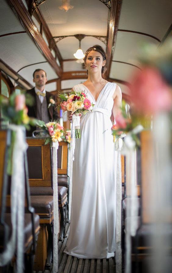 Des futurs mariés se déplaçant en tramway