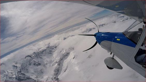 Da oltre 4000 metri, oltre le montagne innevate, appare il mare ed il lontano profilo della Corsica