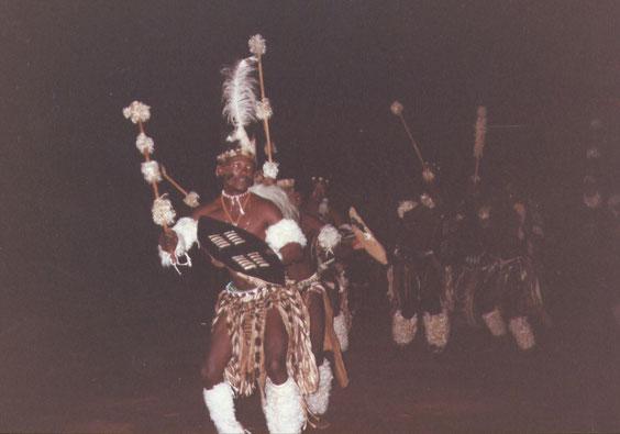 La giya, danza di guerra Zulu, eseguita dagli amabuthu, nei tradizionali costumi di guerra.