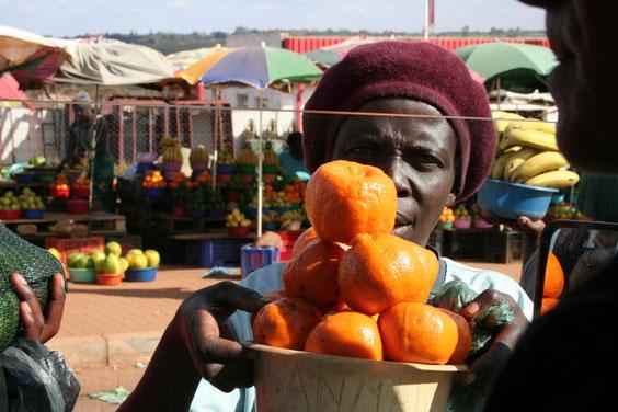 ..uno dei nostri amamakethe preferiti..Qui compri un catino pieno di papaye con 10 Rand, circa 1 Euro, oppure un sacco di arance. Oppure 30 banane.