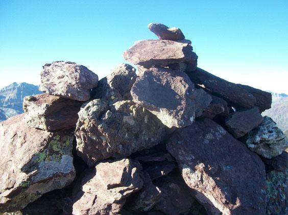 Le cairn au sommet, de belles pierres!
