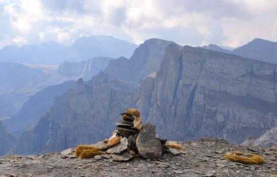 cairn au sommet, vaste panorama