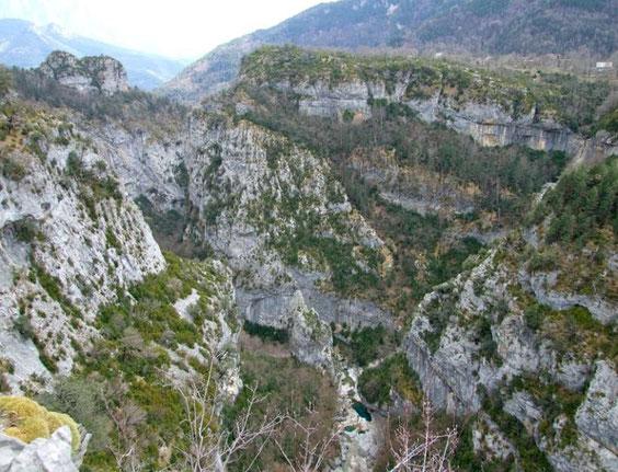 le sentier est au fond du canyon