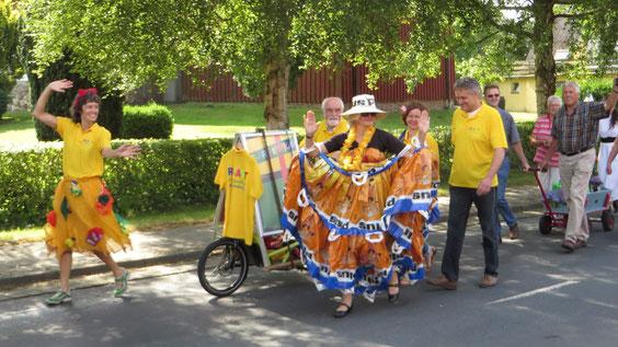 Die RE-ART präsentiert sich farbenfroh und fröhlich auf dem Umzug zur 875- Jahrfeier in  Ihlienworth.