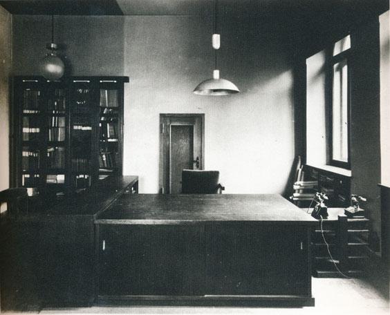 Arbeitszimmer des Stadtbaurats, Osnabrück, 1927 (B 11/11), aus Baugestaltung Museum Wiesbaden, S. 21, © Museum Wiesbaden, Archiv Friedrich Vordemberge-Gildewart