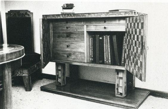 Hochbeiniger halbhoher Schrank mit geöffneten Türen, 1926, Haus Seelig, (B 5/15), aus Baugestaltung Museum Wiesbaden, S.85, © Museum Wiesbaden, Archiv Friedrich Vordemberge-Gildewart