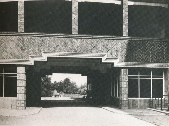 Stadtkrankenhaus Osnabrück, Tordurchfahrt mit keramischen Verkleidungen, 1928/1929, (B 33/1), aus Baugestaltung Museum Wiesbaden, S.31, © Museum Wiesbaden, Archiv Friedrich Vordemberge-Gildewart